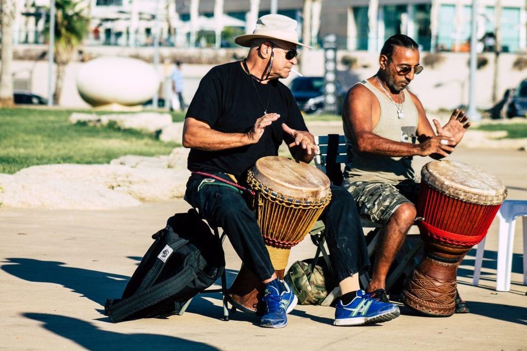 נגנים ישראליים מנגנים בחוף 'בננה דראם ביץ' בערב.